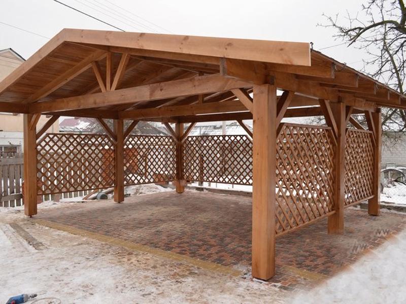 Деревянный каркас с деревянной крышей